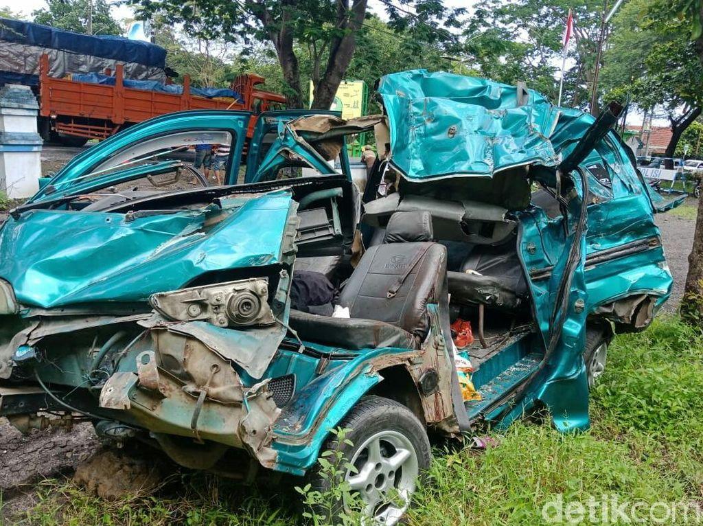 Truk Tabrak Mobil di Hutan Baluran, 2 Tewas 9 Luka