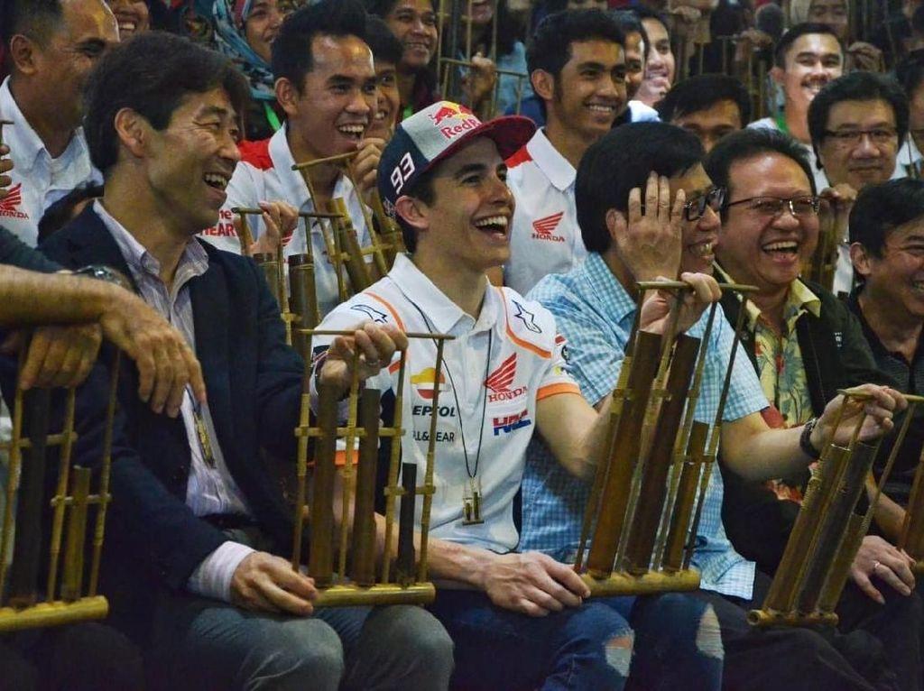 Pecah! Marquez Bergoyang, Menyanyi, dan Main Angklung di Bandung
