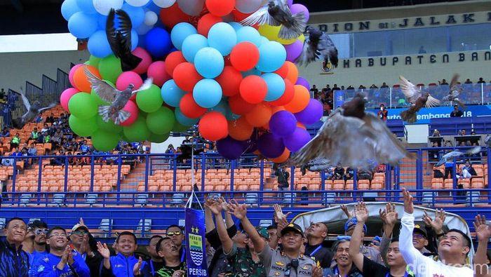 Persib Bandung melepas balon udara. (Wisma Putra/detikSport)