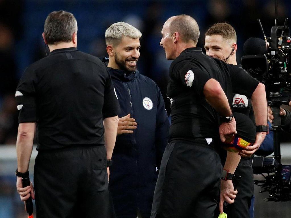 Mike Dean Isengi Aguero: Sembunyikan Match Ball City Vs Chelsea