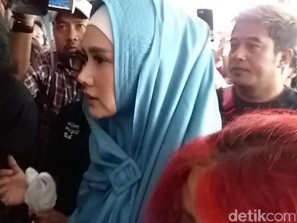 Tunggu Antrean Jenguk Ahmad Dhani, Mulan Ngadem di Mobil