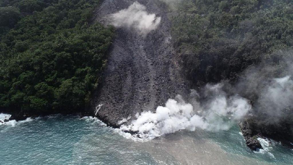 Potret Guguran Lava Panas Membelah Hutan Gunung Karangetang