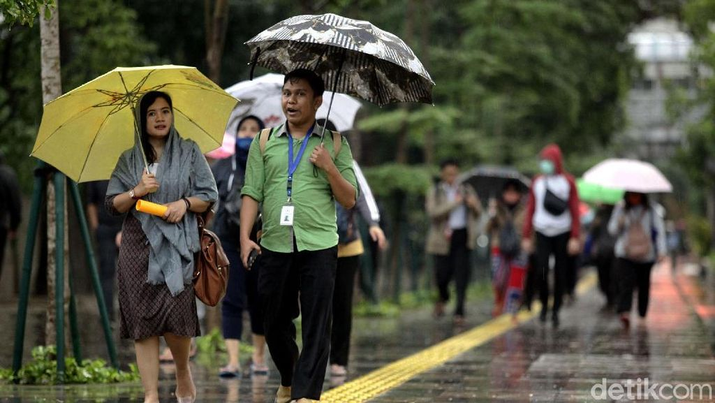 Meski Hujan, Begini Sibuknya Pedestrian Sudirman