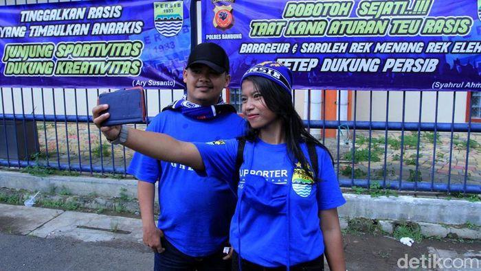 Spanduk bertuliskan dukungan kepada Persib Bandung menajdi objek selfie. (Wisma Putra/detikSport)