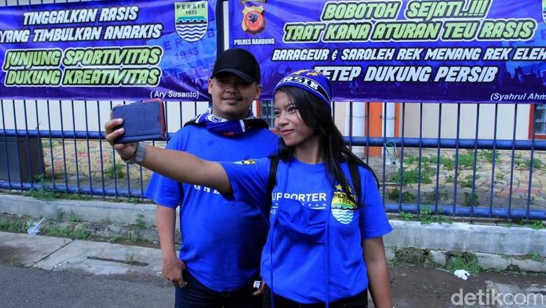 Spanduk Seruan Damai kepada Bobotoh Juga Laris untuk Swafoto