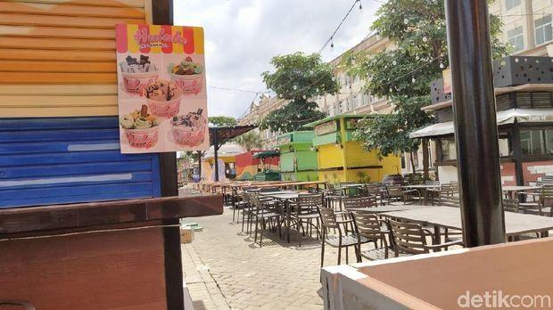 Gerai di food court Pulau D reklamasi atau Pantai Maju