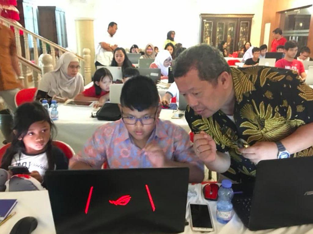 Yuk Intip Aksi Pak Guru Onno Purbo Ajari Anak-anak di Oman