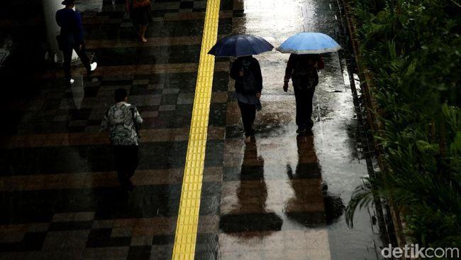 Sedia Payung Detikers, Hujan Merata Terjadi di 31 Kecamatan Surabaya