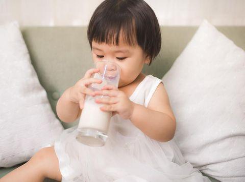 Alasan Si Kecil Tak Boleh Langsung Diberi Susu Setelah Minum Obat