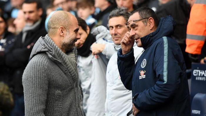 Josep Guardiola saat bertemu Maurizio Sarri. (Foto: Michael Regan/Getty Images)