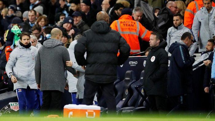 Momen saat Sarri meninggalkan Guardiola usai Chelsea dibantai City 0-6. (Foto: Phil Noble/Reuters)