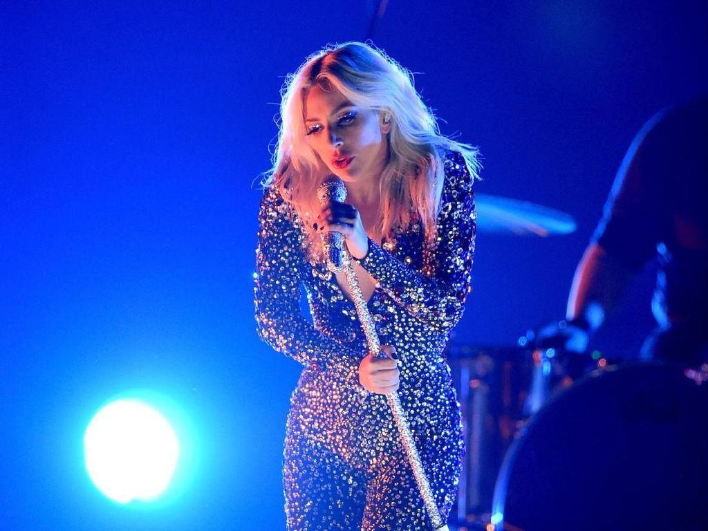 Gagal Sedih, Lady Gaga Bawakan Shallow dengan Hentakan