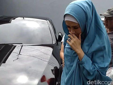 Mulan Jameela jenguk Ahmad Dhani di Surabaya/