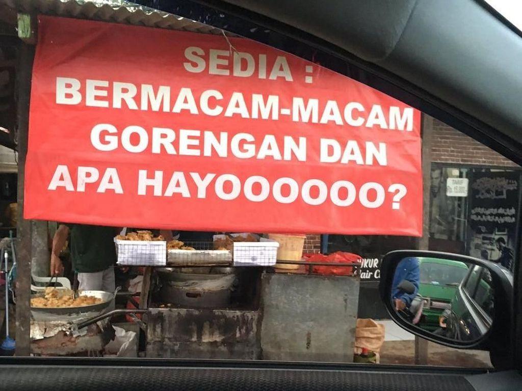 Netizen Kompak Bikin Meme Spanduk Gorengan yang Jadi Viral
