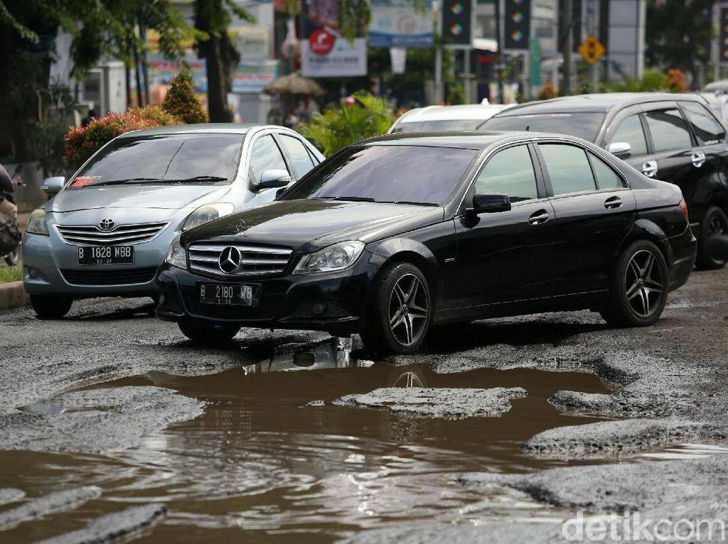 Velg Pecah Tiba-tiba Akibat Hantam Jalan Berlubang, Jangan Panik Ini Cara Berkendaranya