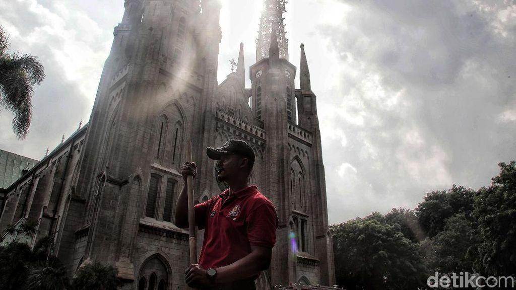 Aksi Petugas Damkar Bersih-bersih Katedral