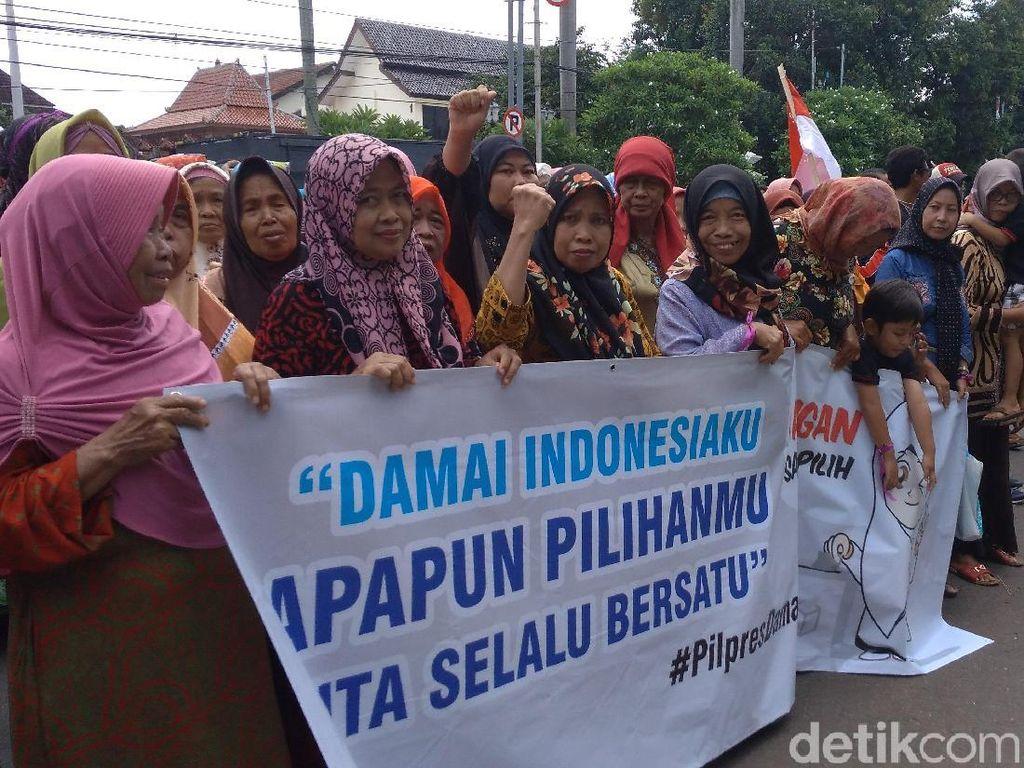 Mahasiswa dan Emak-emak di Cirebon Kampanye Pemilu Damai