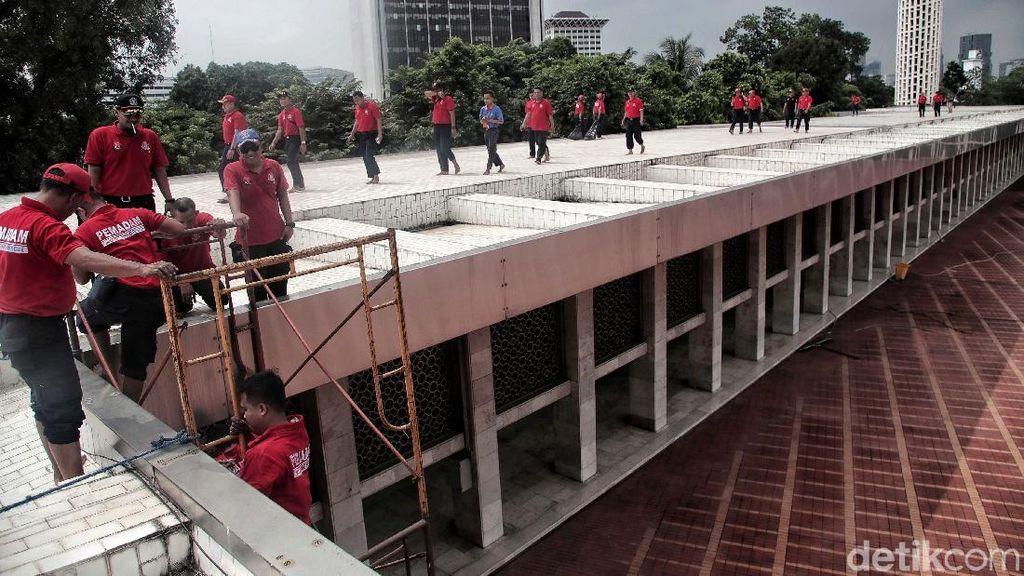 Petugas Damkar Bikin Istiqlal Makin Bersih