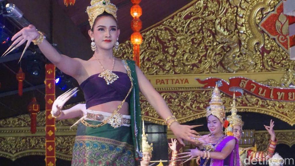 Potret Pertunjukan Ladyboy Menari di Pattaya