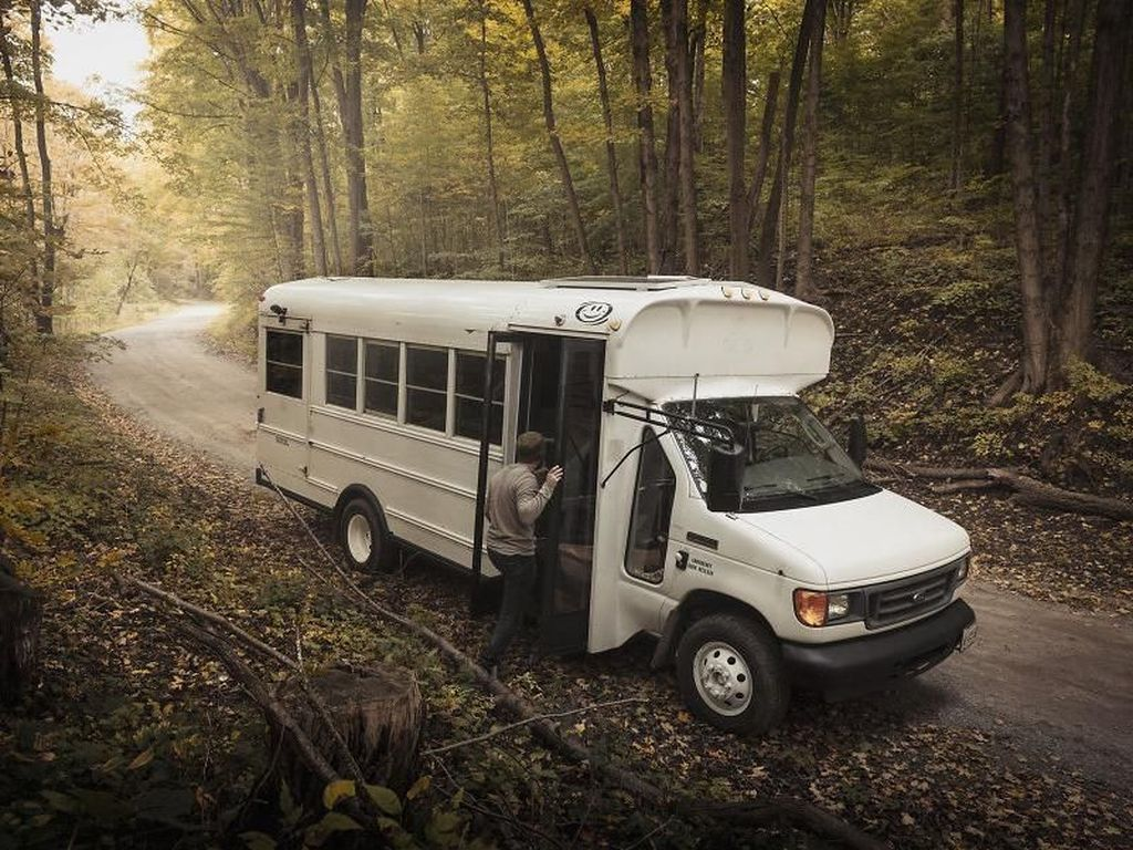 Mengintip Jeroan Bus yang Disulap Menjadi Rumah Berjalan