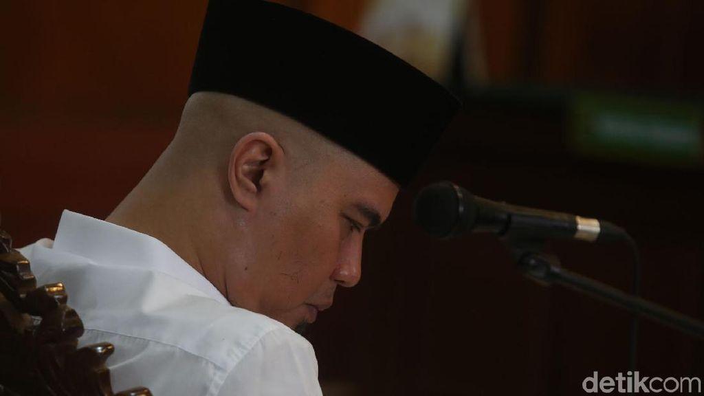 Tak Berkaos dan Blangkon Lagi, Ahmad Dhani Bersidang Pakai Peci