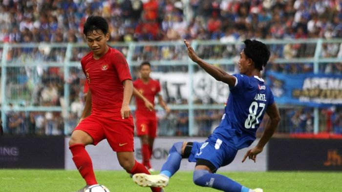 Arema FC saat menghadapi Timnas Indonesia U-22. Usai laga itu, Arema akan menjamu Persib Bandung. (ANTARA FOTO/Ari Bowo Sucipto/nz)
