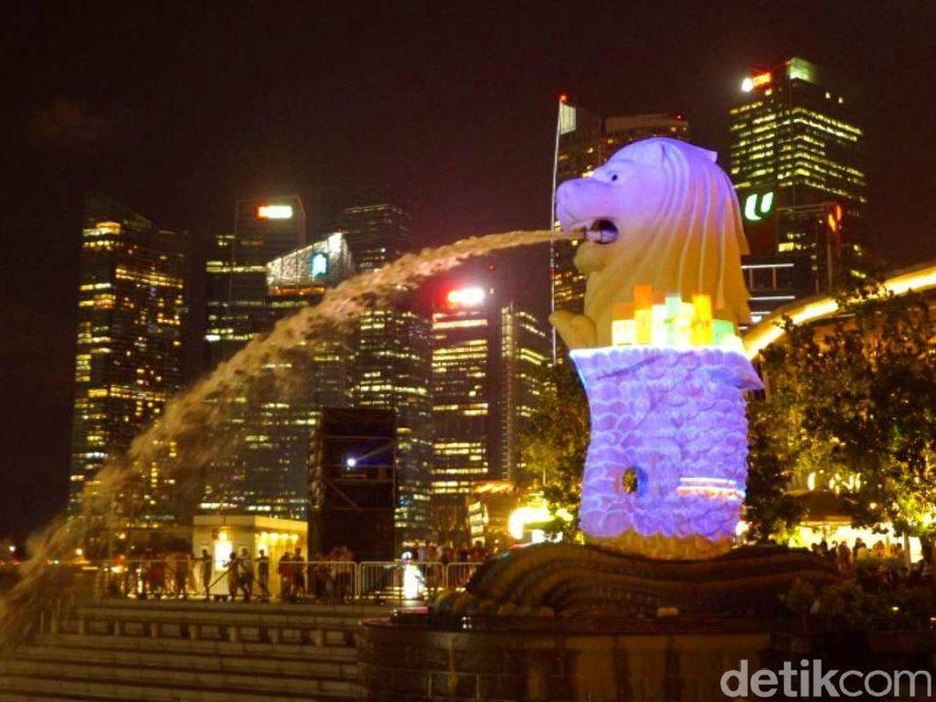 Terpesona Indahnya Patung Merlion Singapura di Malam Hari