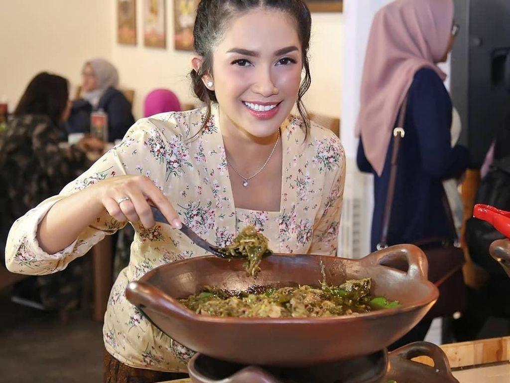 8 Artis Ini Punya Usaha Kuliner Tradisional yang Hits