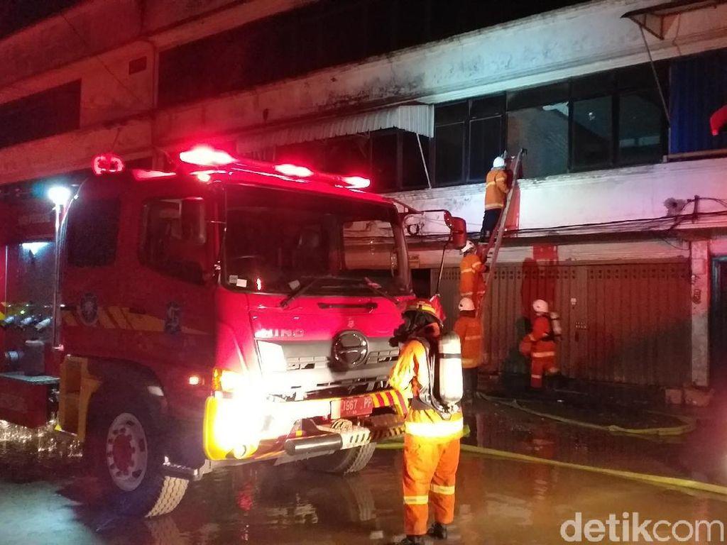 Gudang Karpet di Surabaya Terbakar, Dua Bronto Skylift Diterjunkan