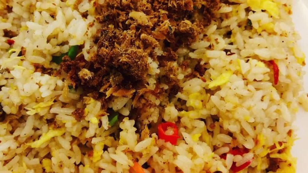 Hangatkan Badan dengan Sarapan Nasi Goreng Cakalang yang Pedas Gurih
