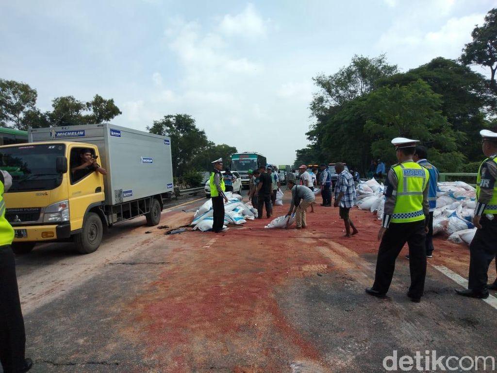 Ditabrak Truk Gandeng di Tol Sidoarjo, Kontainer Nyemplung Sungai