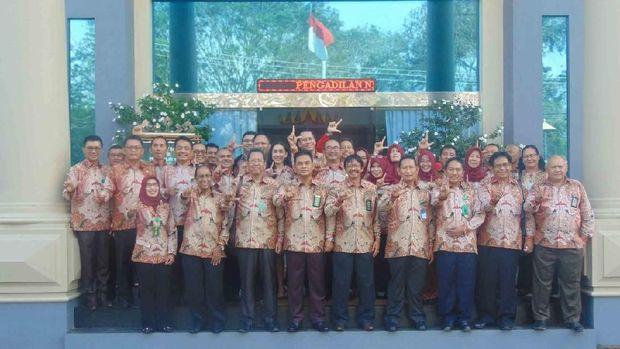 Klarifikasi Foto Dua Jari Hakim Senior: Itu Pose 'L' alias Lampung