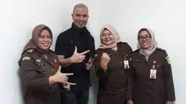 Ramai Jaksa Pose 2 Jari Bareng Ahmad Dhani, TKN: Banyak yang Gampang Geer