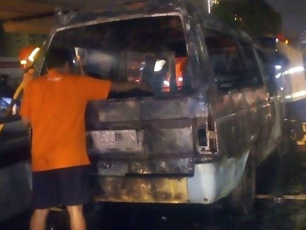 Angkot Terbakar di Tol Cawang, Lalin Padat 1 Km
