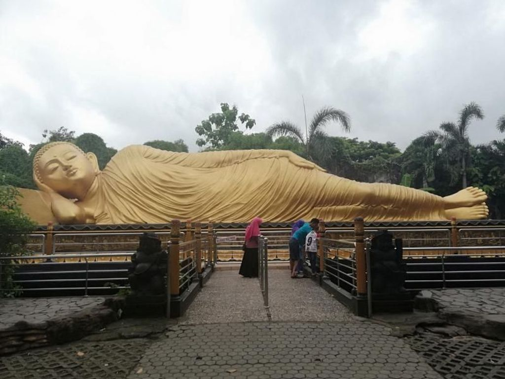 Bukan Thailand, Ini Patung Buddha Tidur di Mojokerto