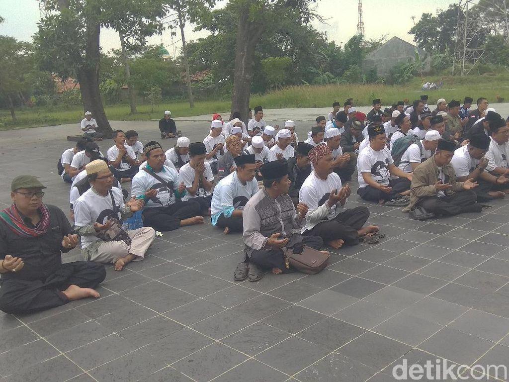 Ziarah ke Makam Pahlawan Karawang, Relawan Doakan Jokowi Menang