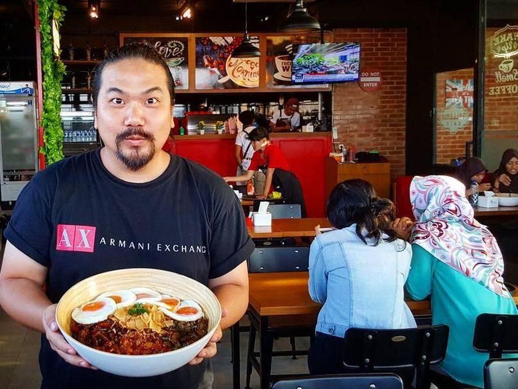 Keliling Indonesia, Ini 10 Gaya Nex Carlos Saat Icip-icip Makanan