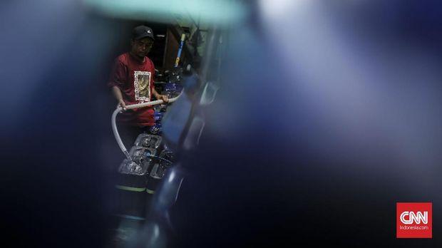 Penjual mengisi air bersih di depot pengisian air di kawasan Empang Lapangan, Penjaringan, Jakarta, 13 Februari 2019. Warga dikawasan tersebut membeli air bersih jerigen karena tidak mampu memasang air pam. ( CNN Indonesia/ Hesti Rika )