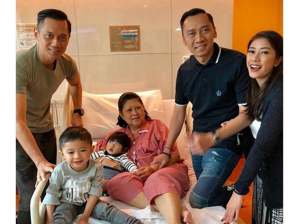 Potret Ani Yudhoyono Ditemani Keluarga dan Elite PD di Singapura