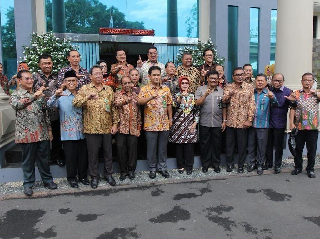MA Tegaskan Foto Para Hakim Senior Pose 2 Jari Tak Bermotif Politik