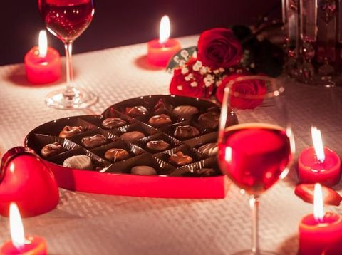 Rayakan Hari Valentine, Hiasan Hati dan Cokelat Mulai Terlihat di Arab Saudi
