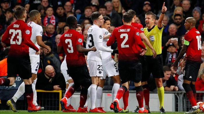 Laga Manchester United vs PSG di babak 16 besar Liga Champions berlangsung dengan tensi tinggi. (Foto: Phil Noble/Reuters)