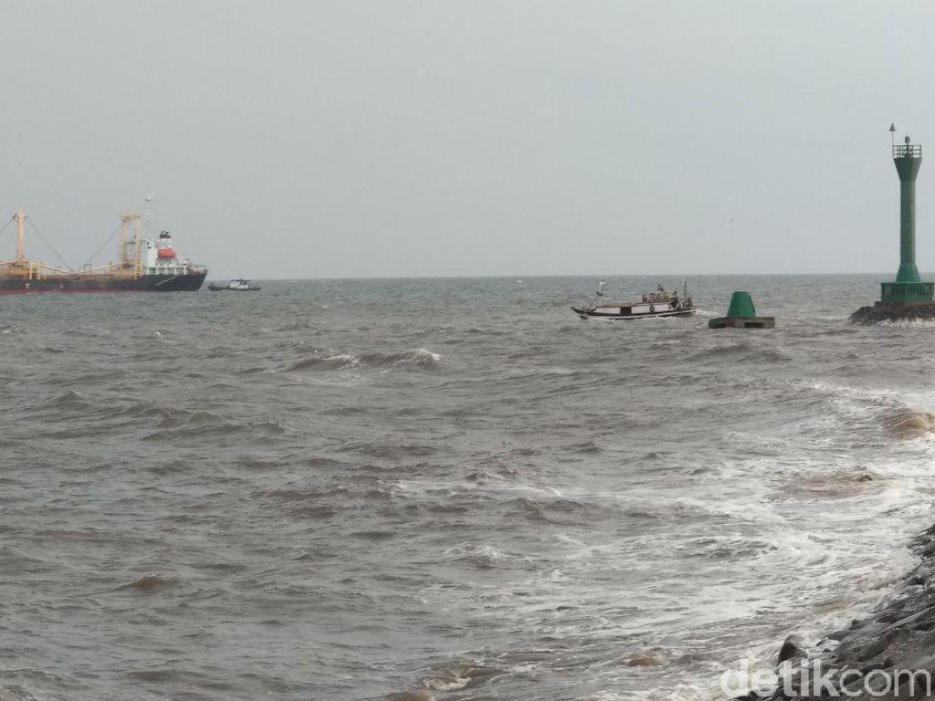 Demi Dapur Ngebul, Nelayan Probolinggo Melaut Meski Cuaca Buruk