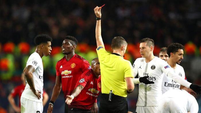 Paul Pogba meminta maaf ke pemain MU setelah dirinya dikartu merah dalam laga dengan Paris Saint Germain di Liga Champions (Michael Steele/Getty Images)