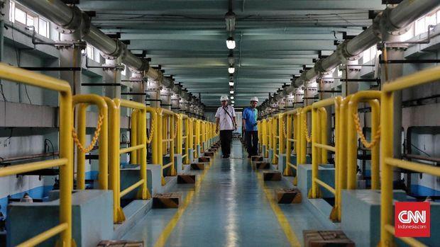 Petugas memeriksa ruang pompa di Instalasi Pengolahan Air Palyja, Pejompongan, Jakarta, 13 Februari 2019. Pemerintah Provinsi DKI Jakarta memastikan akan segera mengambil alih pengelolaan air dari pihak swasta (PT Aetra Air Jakarta dan PT PALYJA) demi memperluas cakupan akses air.