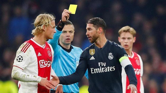Sergio Ramos dicurigai sengaja dapat kartu kuning saat Real Madrid mengalahkan Ajax Amsterdam di Liga Champions (REUTERS/Wolfgang Rattay)
