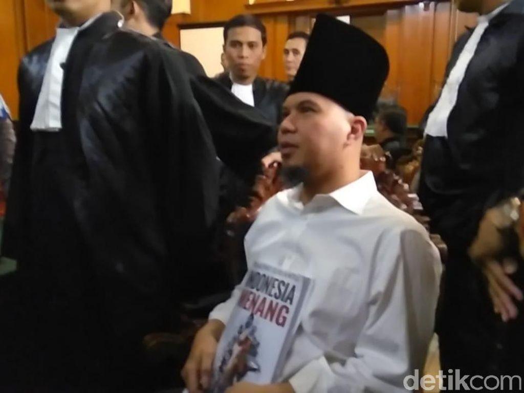 Diiringi Selawat Nabi, Dhani Berpeci Sufi Masuk ke Ruang Sidang