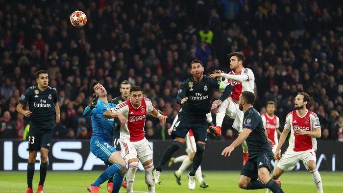 Gol Ajax ke gawang Real Madrid yang dicetak Nicolas Tagliafico dianulir wasit lewat VAR (Foto: Lars Baron/Getty Images)