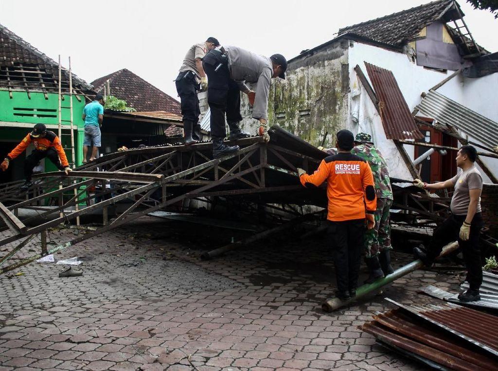 Puluhan Rumah di Sidoarjo Rusak Dihantam Puting Beliung