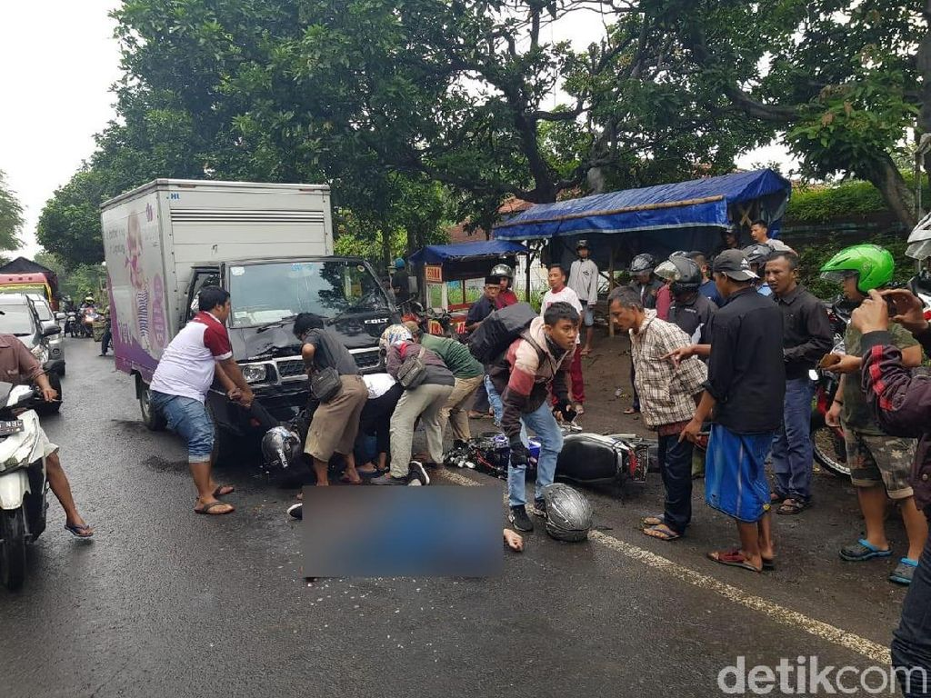 Bikers Tabrak Mobil Boks di Jalur Selatan Probolinggo, 2 Orang Tewas